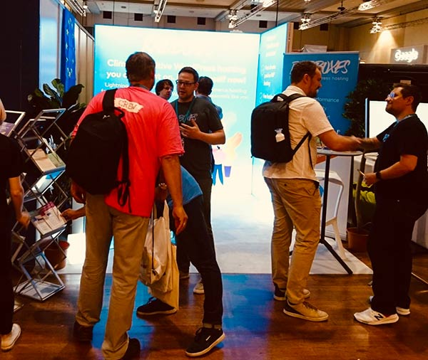 Wordcamp Europe 2019 - am Stand von Raidboxes